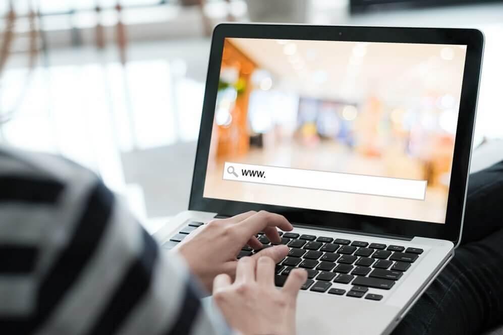 Pessoa otimizando o slug da página de um site no notebook em seu colo